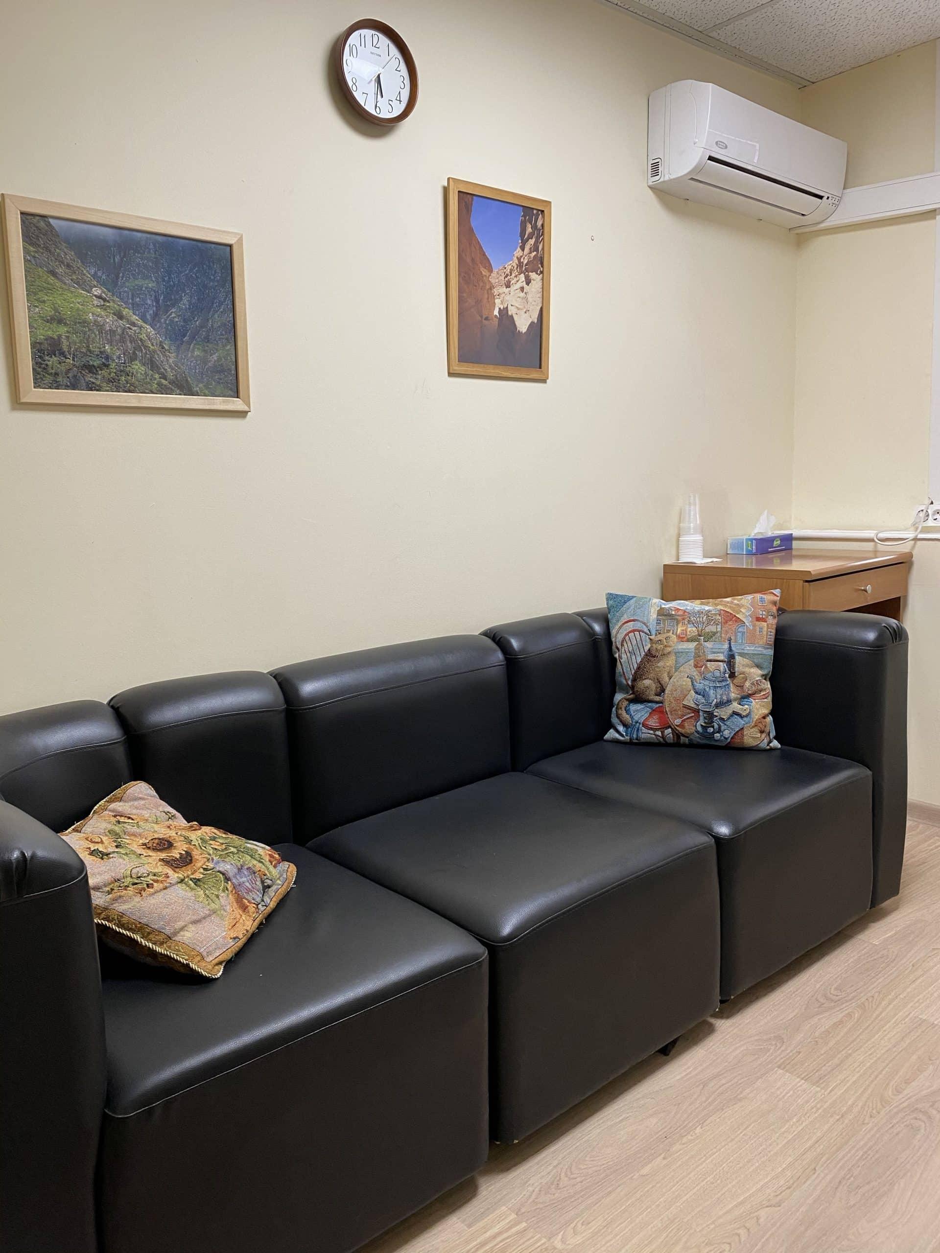 Удобный диван в кабинете московского психолога